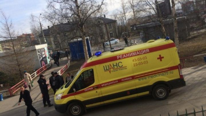 «Он спрятался за дверь — они сломали ручку»: потасовка рядом с МИУ закончилась ножевым ранением