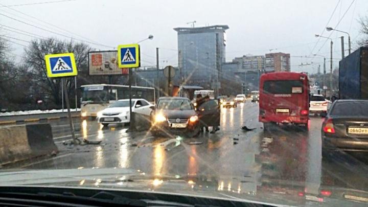 В Ростове на Стачки маршрутка протаранила Volkswagen