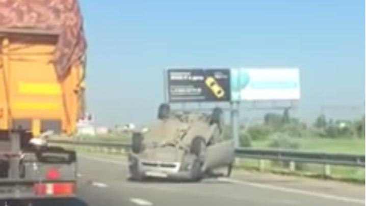 На трассе Ростов–Батайск после тройного ДТП опрокинулся Subaru