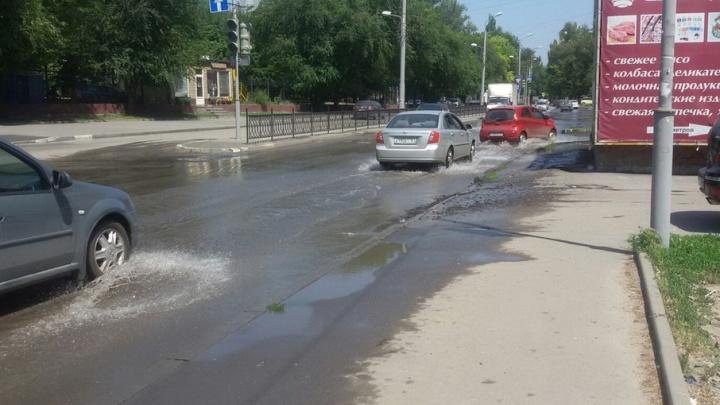 Автомобильную дорогу затопило водой в Западном районе