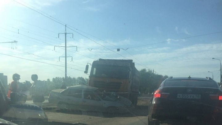 На юге Волгограда мусоровоз смял легковушку, встали трамваи
