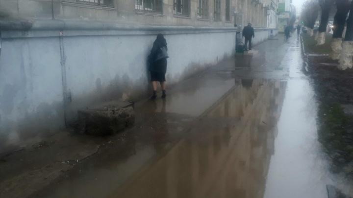 Легендарная лужа в центре Волгограда вернулась на свое место
