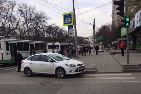 Водитель встал на пешеходном переходе