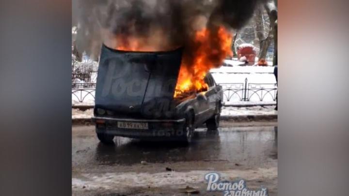 В Ростове на полном ходу загорелась иномарка