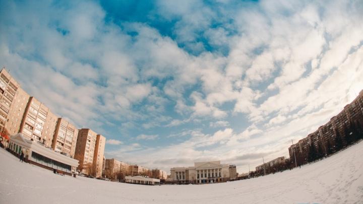 Мини-дворцы, круг из лавочек, белый мишка: смотрим, как выглядит обновленная площадь 400-летия Тюмени
