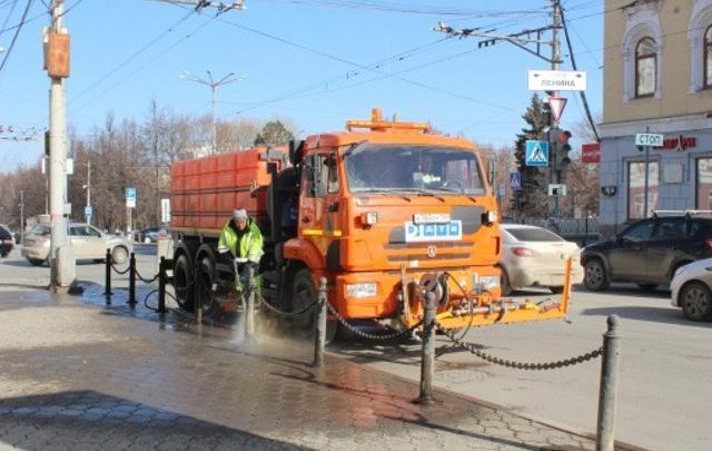 Дорожники начали мыть ограждения и урны на пермских улицах