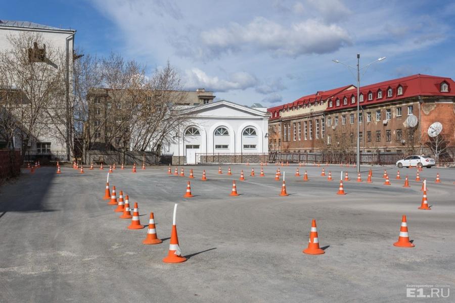 Белое здание — это центр пользования сложным оборудованием — там проводятся большие научные исследования.