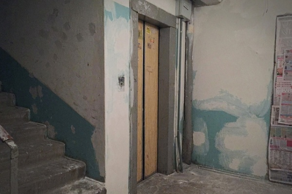 Противовес лифта ударил мужчину во время работы