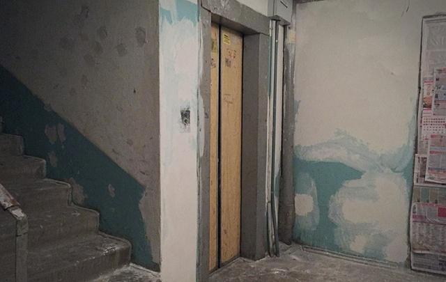 В центре Архангельска противовес лифта ударил рабочего по голове