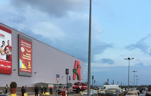 В гипермаркете «Акварель» проводится срочная эвакуация из-за сообщения о бомбе