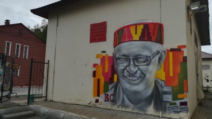 В память о погибшем фотографе нарисовали его огромный портрет на стене