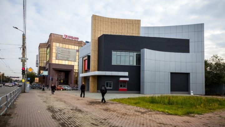 «Макдоналдс» зазывают, а он не идёт: в Челябинске достроили торговый центр у вокзала