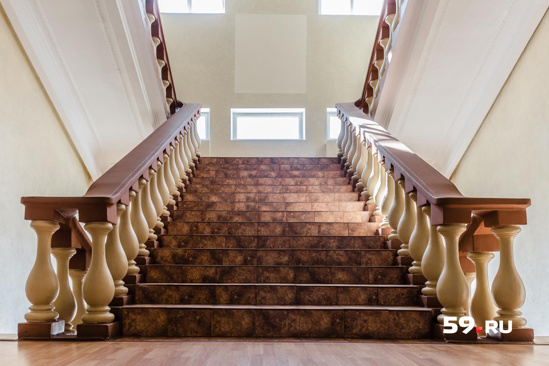 Внутри здания сохранилась широкая парадная лестница