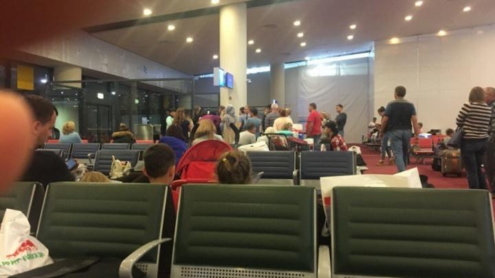 Рейс из Дубая в Тюмень задержали почти на сутки, туристы дожидались вылета в аэропорту