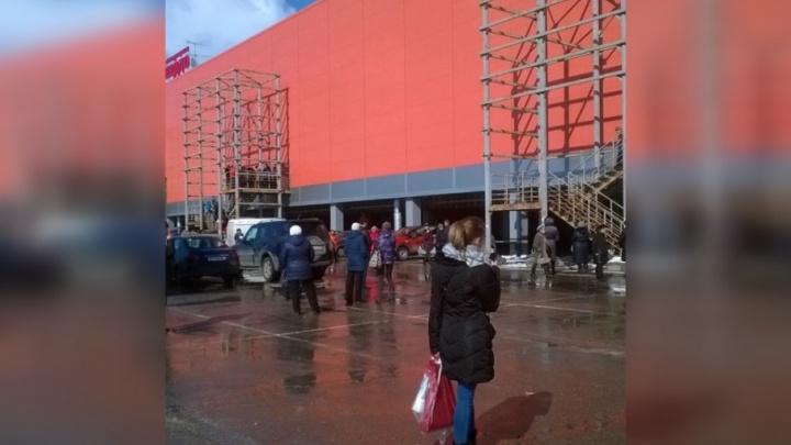 В Самаре из-за учебной тревоги эвакуировали ТЦ «Космопорт»