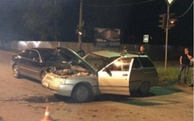 Спасатели вытаскивали пассажира из машины после аварии у светофора в Угличе