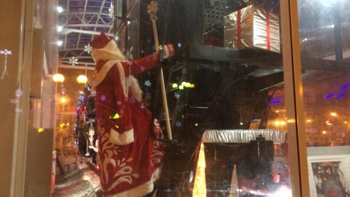 Дед Мороз в полный рост: памятник паровозу на Комсомольской площади украсили к Новому году