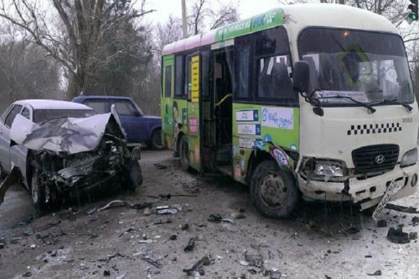 Двое пассажиров госпитализированы в результате столкновения с маршрутки с ВАЗом