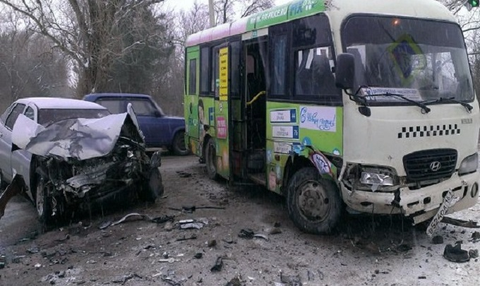 В Новочеркасске ВАЗ протаранил маршрутку: два человека в больнице