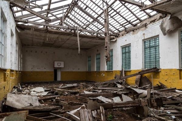 Ещё немного и спортзал мог превратиться в такие же руины