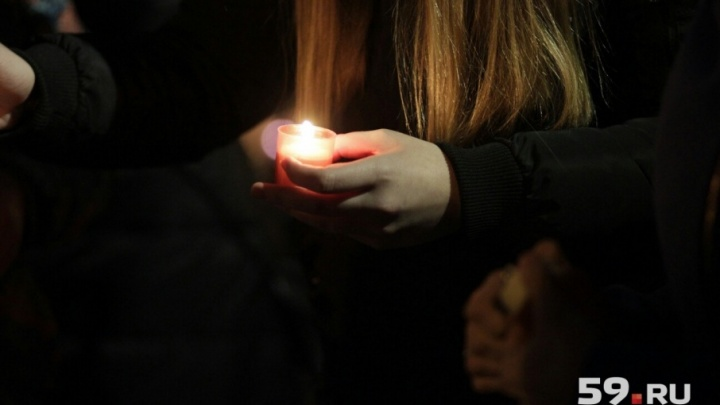 «Пусть земля им будет пухом». Пермяки почтили память погибших в Кемерово минутой молчания