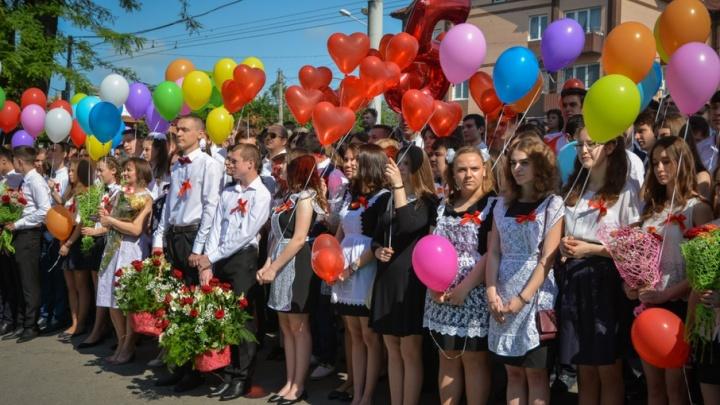 Белые банты, цветы и улыбки: ростовские выпускники отмечают последний звонок