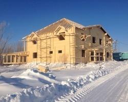 Строить дом зимой выгодней