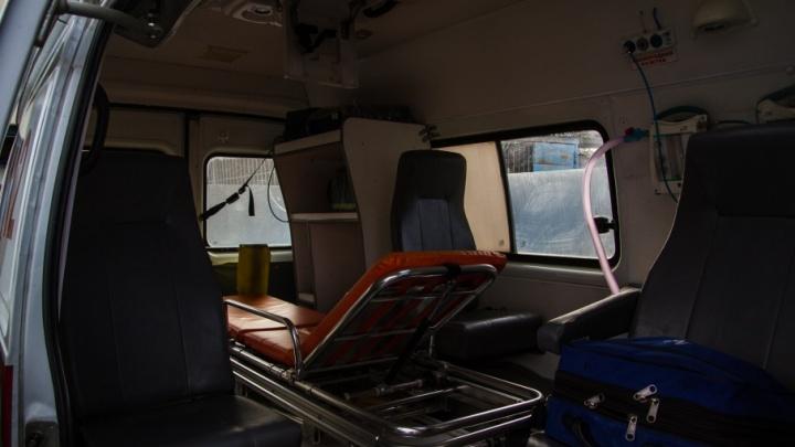 В Таганроге хулиганы разбили стеклянной бутылкой окно трамвая и ранили девушку-подростка