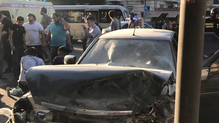 В Ростове столкнулись Mazda и «Лада-Приора»: пострадали пять человек
