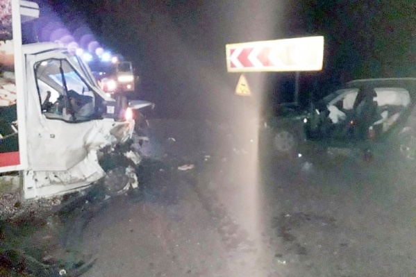 Авария произошла ночью на перекрестке