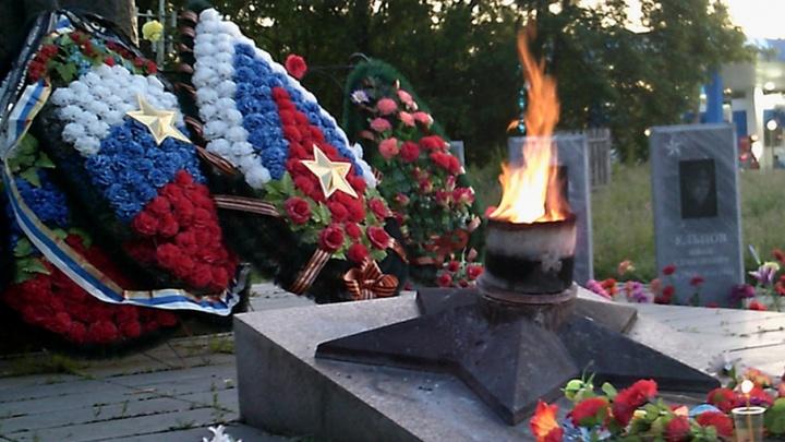 На воинском мемориале в Челябинской области сожгли венки и уронили памятную плиту