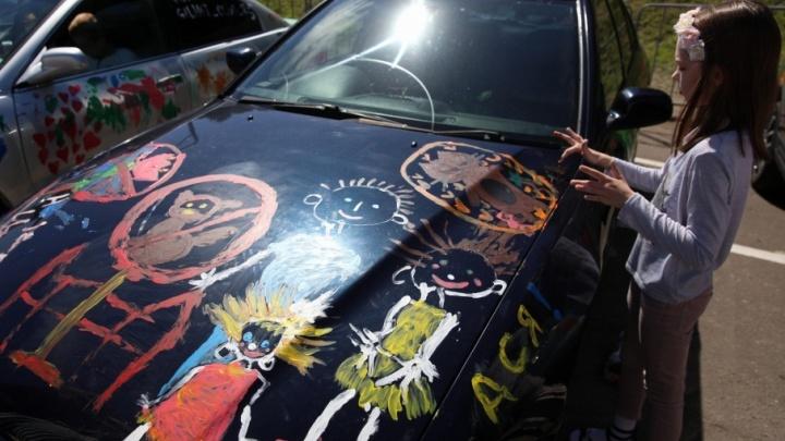 В центре Ярославля разукрасили машины