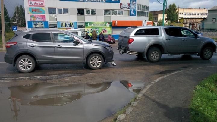 Дорожный боулинг: в Коноше водитель «Мицубиси», сдавая назад, сбил женщину и врезался в «Ниссан»