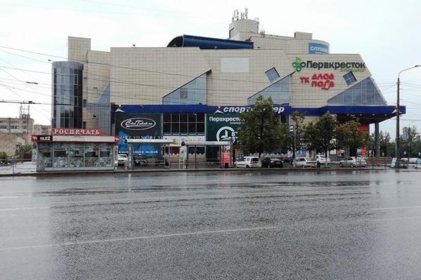 После зачистки около торгового комплекса «Алое Поле» остались только остановочный комплекс и «Роспечать»