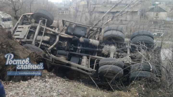 Не вписался в поворот: в Ростове перевернулся КАМАЗ