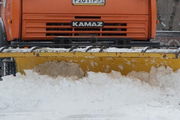 Дорожники очищают трассу от снега
