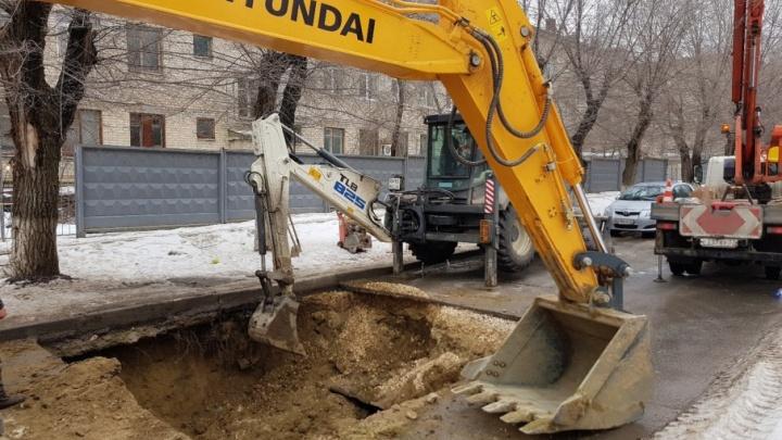 Улицу Советскую в Волгограде перекрыли, чтобы заделать провал на дороге