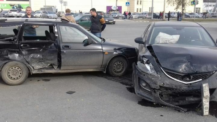 Не пропустил: водителя «Приоры» увезли на скорой с серьёзной травмой головы