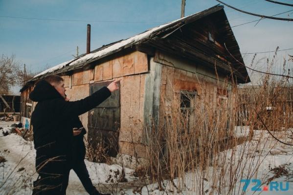 В этом доме, который был построен еще в семидесятые, до сих пор живут люди