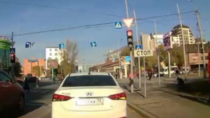 В Тюмени водитель маршрутки выскочил из салона и побил пешехода-нарушителя