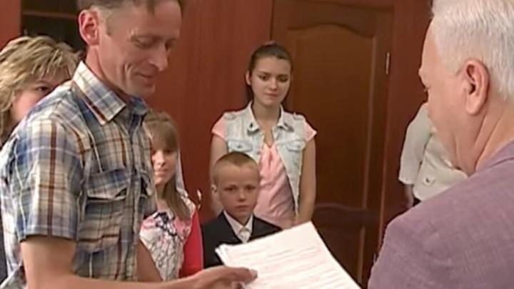Помощь вместо банкета: сенатор вручил 300 тысяч рублей многодетной семье из Рыбинска