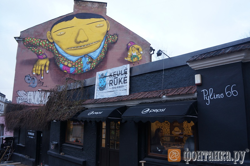 В Вильнюсе очень любят граффити, художникам даже выделили целую улицу для творчества. Черное здание на фото - одна из популярных бургерных