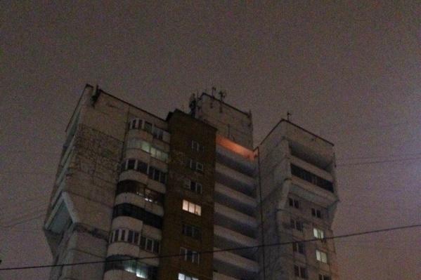 Очевидцы гадали, это яркое освещение или кто-то развёл огонь, но на всякий случай вызвали пожарных