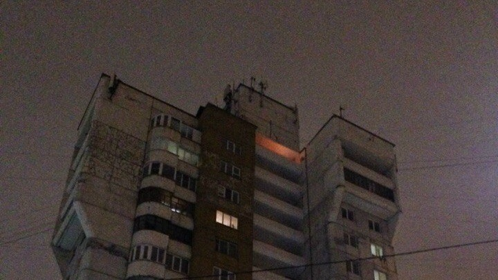 Пожарные выдворили из тюменской многоэтажки шумную компанию, решившую устроить пикник с шашлыками