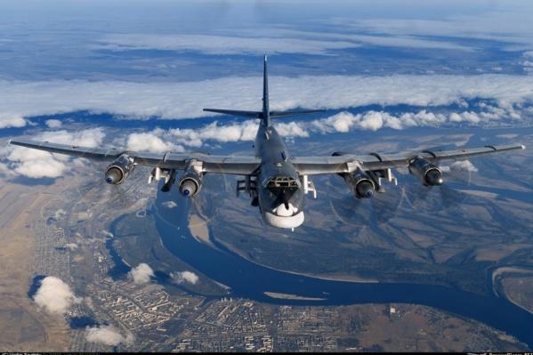 Стратегический бомбардировщик над южными районами Волгограда
