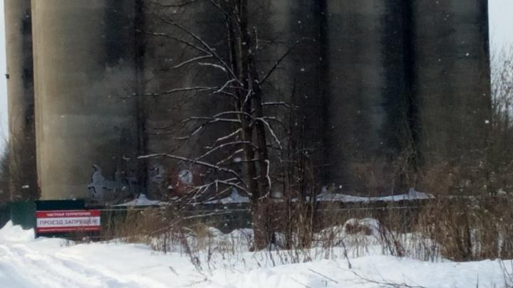 Вокруг заброшенных элеваторов в Ярославле поставили забор и табличку «Частная территория»