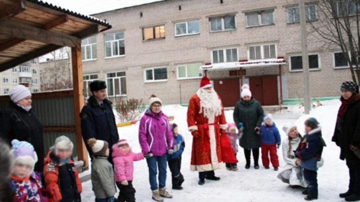 Сотрудники архангельского УФСИН подарили новогоднюю сказку детям из детдома