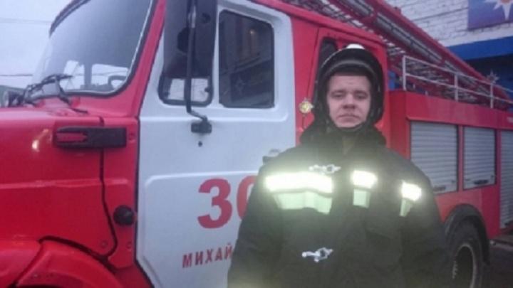 В Волгоградской области пожарный вытащил из ледяной воды двух тонущих подростков