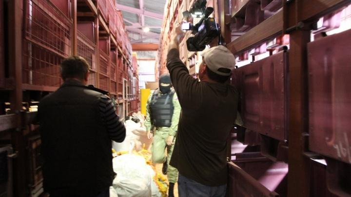 В Самарской области задержали грузовик с поддельными джинсами Armani и Philipp Plein