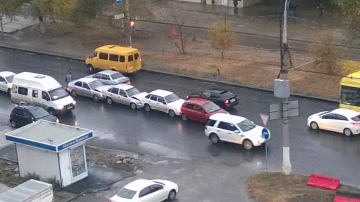 На мокрой дороге в Волгограде собрался «паровозик» из четырех машин